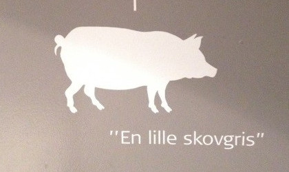 "Image: Pig silhouette with caption ""Small Forest Pig"" in Danish"